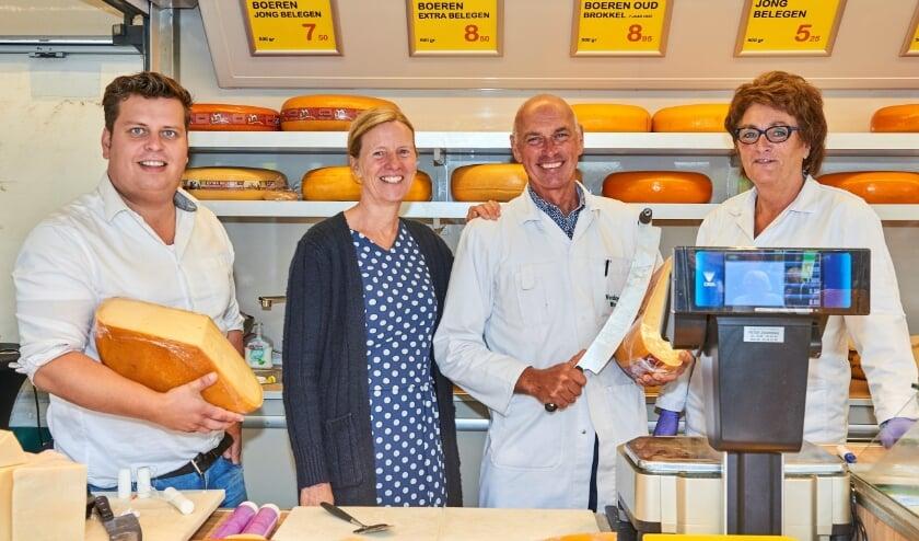 <p>Opvolger Hendrik Kromwijk (l) Ineke en Kees Verduijn en Coby Vinke (r) bij het afscheid van Kees op de weekmarkt in Nunspeet.</p>