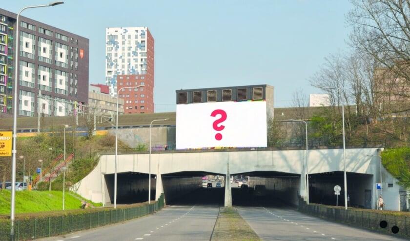 De nu nog witte muur waarop een kunstzinnige advertentie komt.