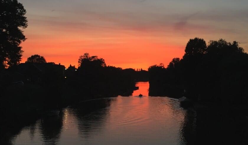 Zonsondergang in Beesd, gemaakt vanaf de brug (Veerweg) in Beesd