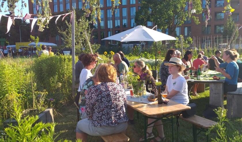 Meer meer afstand van elkaar dan bij de vorige editie gaan StadsTuinderij Piushaven en Food 013 er voor: een proeverij en markt met gezonde streekproducten.