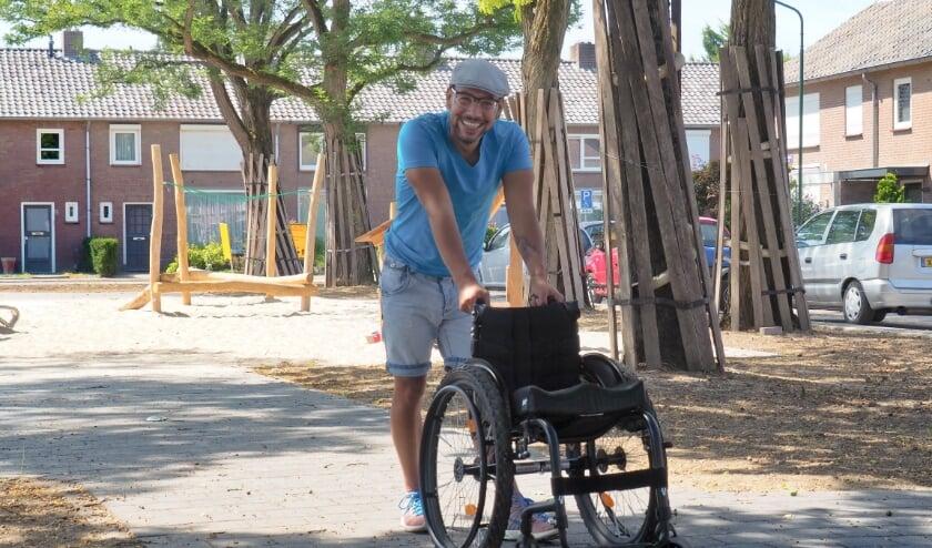 Rob staat ook gewoon vaak genoeg naast zijn rolstoel Foto: Noortje de Vries