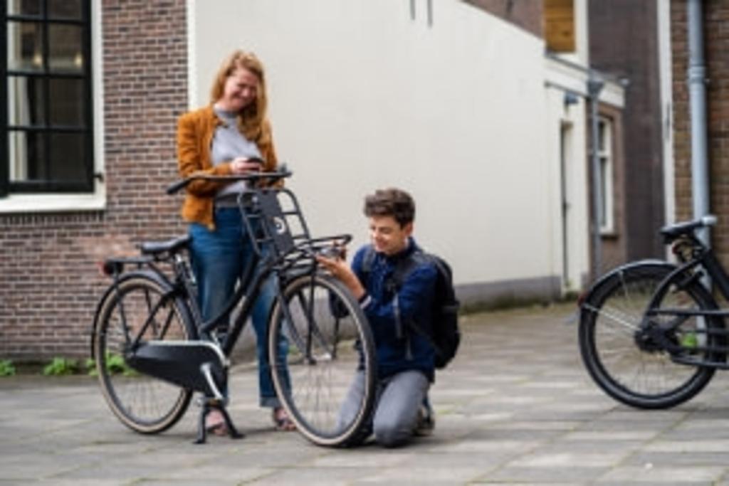 Moeder Leonne pakt de online Fietscheck erbij en ze lopen alle 15 punten na. Er blijken nog drie to-do's. Zo mag zijn fietszadel wel wat hoger en blijkt zijn koplamp kapot. 'Hé, en ik heb ook geen rode reflector achterop.' Dat wordt nog een korte stop bij de fietsenmaker. Daarna kan hij veilig voorbereid het nieuwe schooljaar in. Foto: VVN © DPG Media