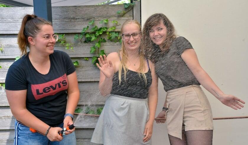 Samantha Houdijk (l) oefent vast met Mandy van Rooij en Katja Diepstraten voor het komende waterparcours. (Foto: Paul van den Dungen)