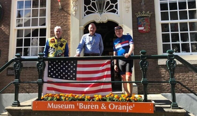 Van links naar rechts Kenneth Ward, locoburgemeester K.A. Maier en Pete Hoekstra
