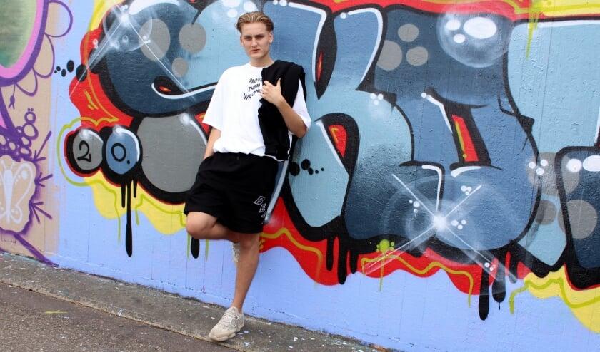 Jordy Snoek (18) kon geen kleding vinden die hij echt leuk vond en ontwerpt nu voor zijn eigen label Beevwear. FOTO: Morvenna Goudkade