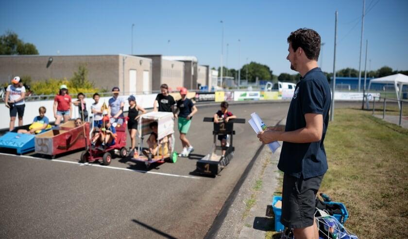 Klaar voor de start: Na 2 dagen bouwen aan een eigen zeepkist stonden alle teams klaar voor de wedstrijd op de atletiekbaan van Statina. Deze zomeractiviteit werd georganiseerd door de jongerenwerkers van ElkWelzijn