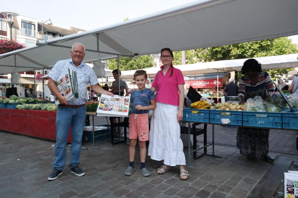 Familie Geneuglijk ontvangt uit handen van Aart Aalbers een koeltas. Foto: Joop van den Berg © DPG Media