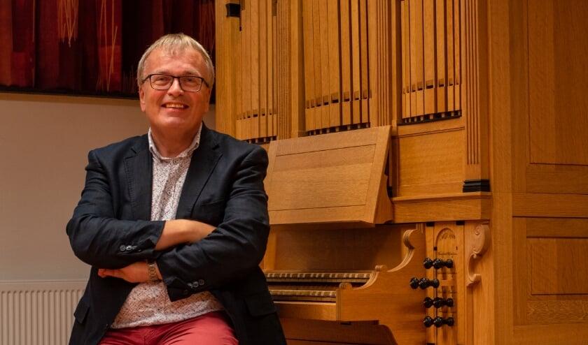 Dick Sanderman bij het instrument waarmee hij helemaal is vergroeid, het orgel. (Foto: Sanderman)