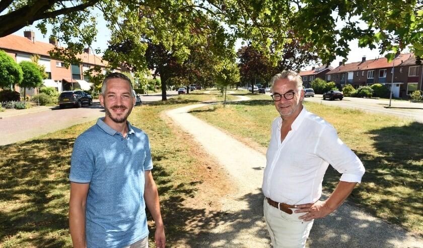 Brunold Kloppenburg (links) en René Reumer in het nieuw aangelegde parkje aan de Van Hogendorplaan (foto: Roel Kleinpenning)