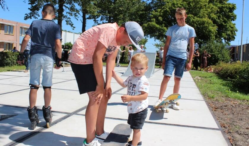 Nanne (re) en Kos (mi) namen initiatief voor een skatebaan in Benthuizen. Neefje Luca vindt het nog wel spannend. FOTO: Morvenna Goudkade