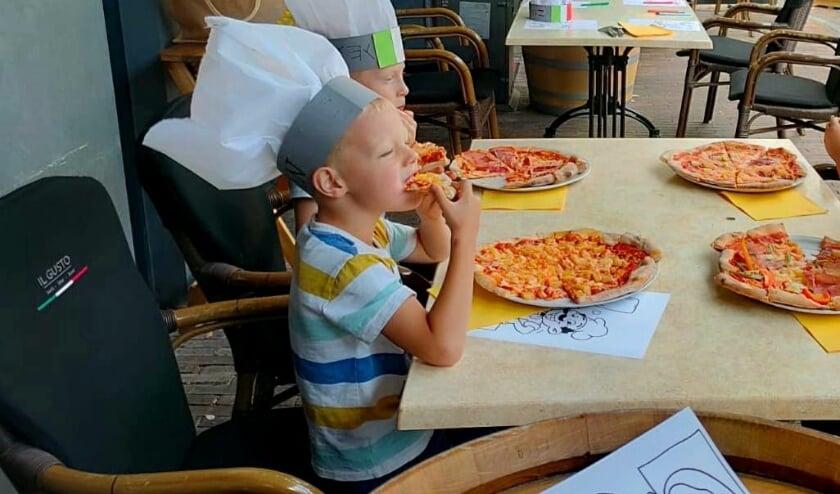 Zelf pizza bakken is natuurlijk heel leuk, maar deze op het gezellige terras samen opeten nog veel leuker!