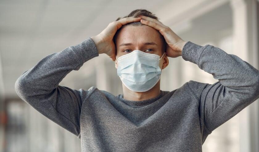 Met een mondkapje op word je plotseling geconfronteerd met de geur van je eigen adem. En daar kan een behoorlijk luchtje aan zitten. Schaam je niet!