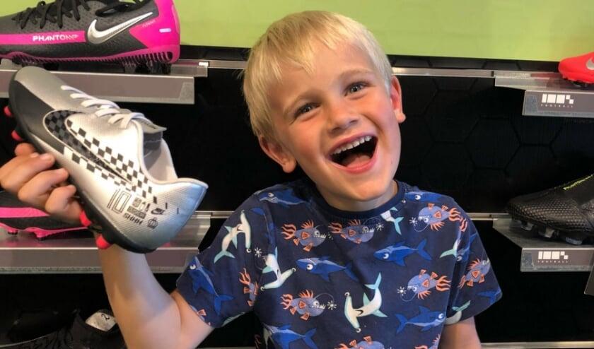 Wow! Wat een geweldige schoenen heeft Daniël gekocht bij 100% Voetbal. Het zijn de eerste voetbalschoenen ooit die hij heeft gekocht.