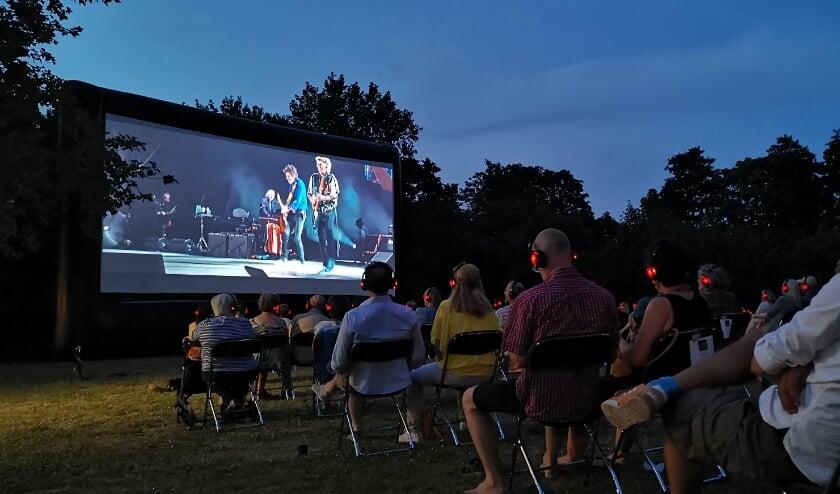 Zaterdag was de eerste van vier buitenfilmvertoningen. De bezoekers genoten van de film Havana Moon (Rolling Stones) middels een silent disco koptelefoon systeem.