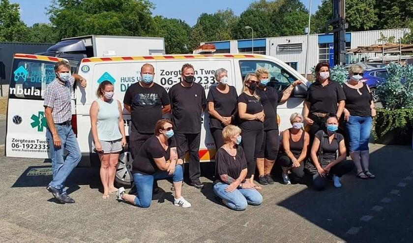 De vrijwilligers van Dierenambulance Zorgteam Twente, met onder meer 7e van links Bianca Berfelo en 9e van links Colinda Brinks (staand), (Foto: Zorgteam Twente)
