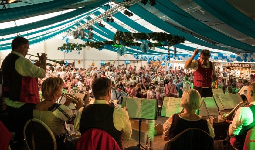Een bomvolle feesttent kan in de huidige corona-situatie niet. Daarom is er geen Oktoberfest Zeddam in 2020. (archieffoto: Sanne Smits).
