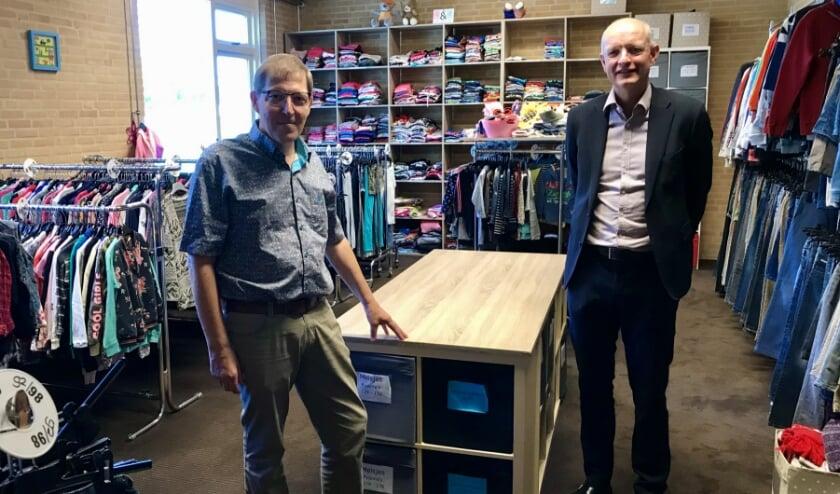 Voorzitter Kledingbank Enschede en burgemeester van Enschede.