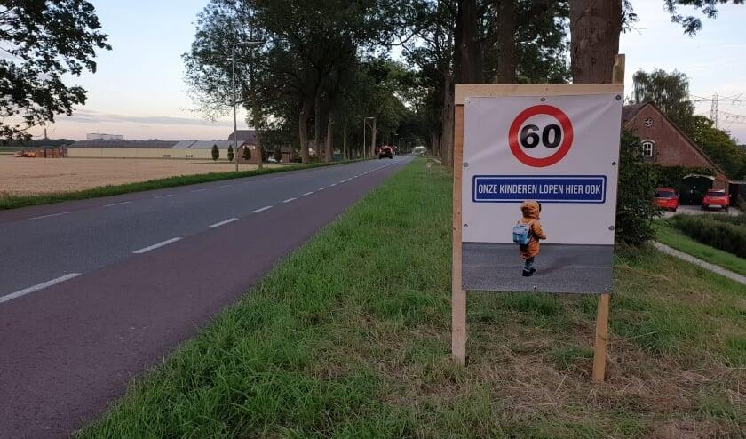 Eigen bord van bewoners als aansporing om werk te maken van beloofde aanpassingen aan de infrastructuur op de Blaaksedijk.