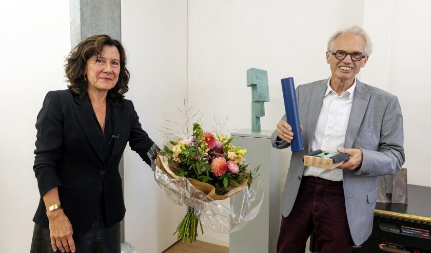 <p>Wethouder Marcelle Hendrickx reikte vrijdag de Tilburg Trofee aan Niko de Wit uit. Foto: Joris Buijs</p>