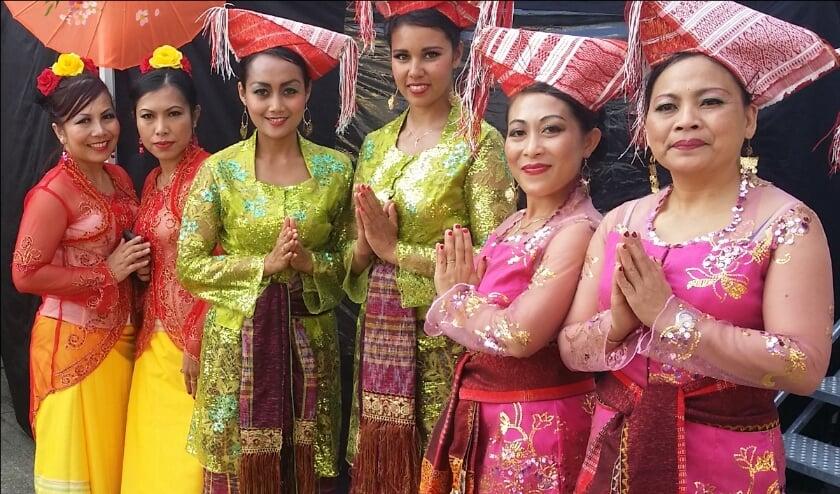 Dansgroep Niki laat authentieke Indonesiche dansen zien.