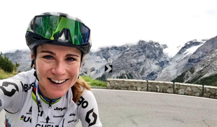 <p>Annemiek van Vleuten traint, na het EK en La Course, weer &#39;op hoogte&#39; in Itali&euml;, waar ze zich voorbereid op de Giro Rosa. Daar maakte ze bekend, dat ze de komende twee wielerseizoen in Team Movistar een nieuwe uitdaging heeft gevonden.&nbsp;</p>