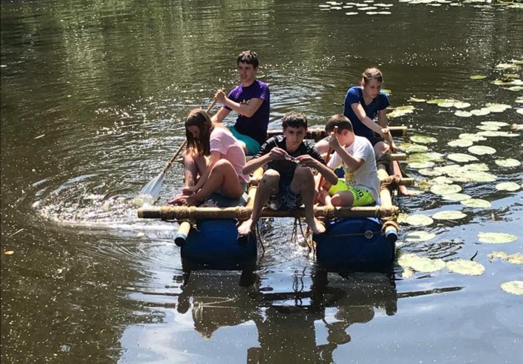 Met het warme weer gingen de scouts van de Scouting Tono-groep heerlijk vlotvaren op de poldervaart. Foto: Antoinette Zwitserlood © DPG Media