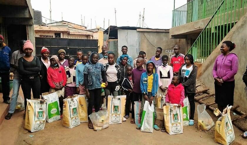 <p>Jan en Alice Leegstra uit Nunspeet hebben met het team van New Hope in Nairobi (Kenia) al heel wat mensen in de sloppenwijken van voedsel kunnen voorzien. (Foto New Hope)</p>