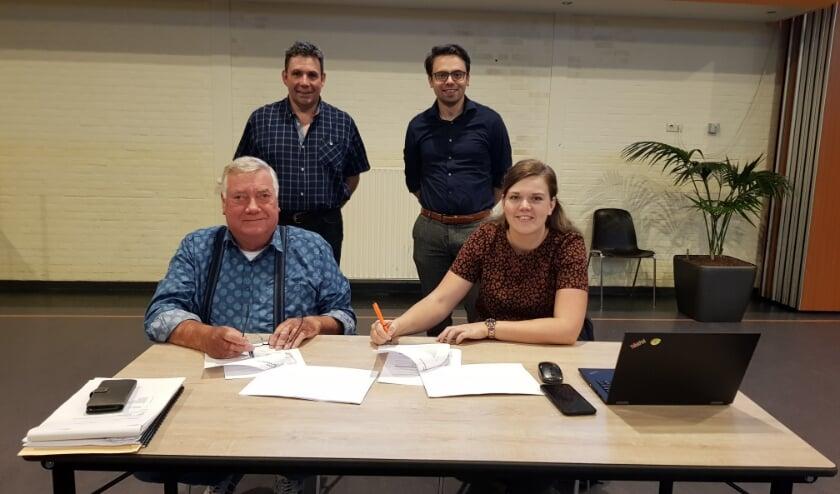 foto: links Vincent Weijers, Theo Kuiper, respectievelijk voorzitter en secretaris SSRW, rechts Annemarie Roos en Eef Bus, ondernemers