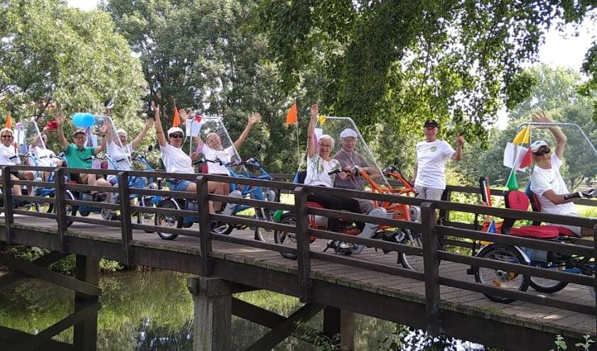 Fietsmaatjes Alphen aan den Rijn bestaat 1 jaar. Zaterdag maakte de groep een fietstocht. Foto: PR