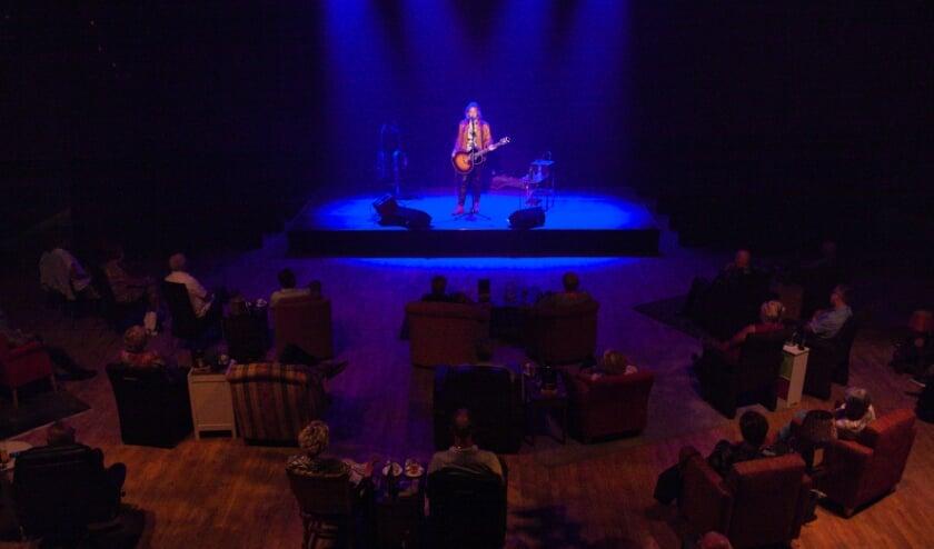 Zanger/muzikant Erwin Nijhoff in de 'huiskamer' van Cascade. (Foto: Cees van Meerten/FotoExpressie)