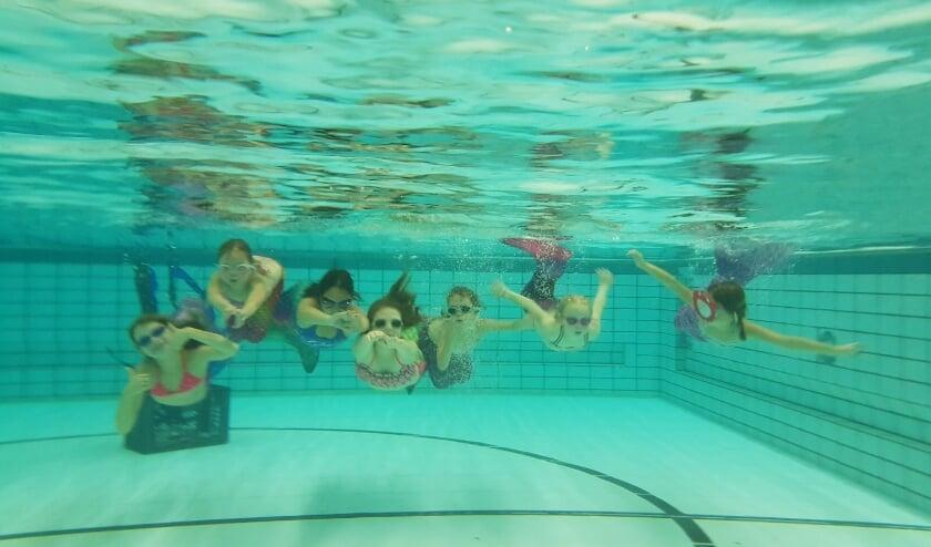Kinderen hoeven zich niet de vervelen tijdens het recreatief zwemmen in zwembad De Hoorn. Foto: Jessica Seijsener