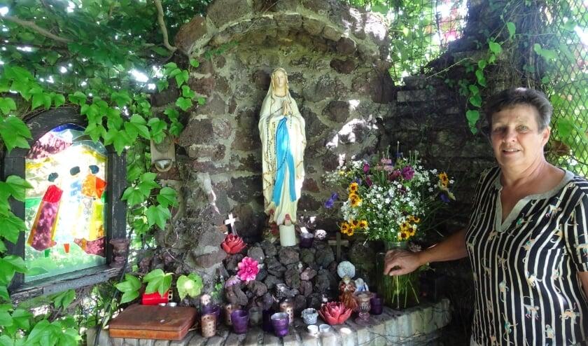 Conny van Dijk: 'Bezoekers steken vaak een kaarsje aan bij het Mariabeeld'. Foto: Marieke Roggeveen
