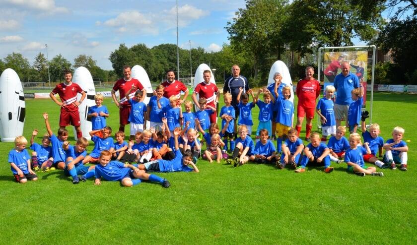 Ruim 35 kinderen genoten van de door de PUUR Voetbal Academie gegeven clinic bij voetbalvereniging RVW.