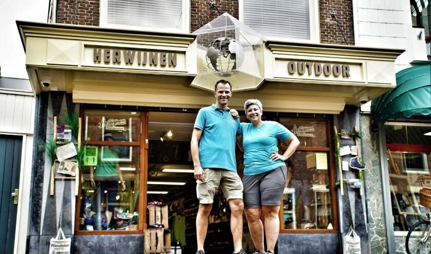 <p>Dennie en Monica van Herwijnen voor hun winkel aan de Dorpsstraat 66 in Zoetermeer. Foto: Robbert Roos</p>