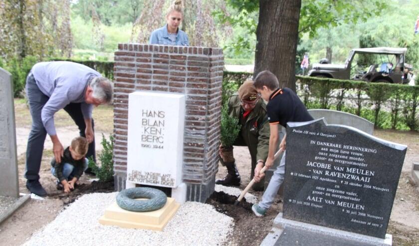 <p>Fedde en Jurre aan de slag om een buxus te planten met behulp van opa B&ouml;htlingk en Hans de Ruiter. Wethouder Marije Storteboom kijkt toe. (Foto: Dick Baas)</p>
