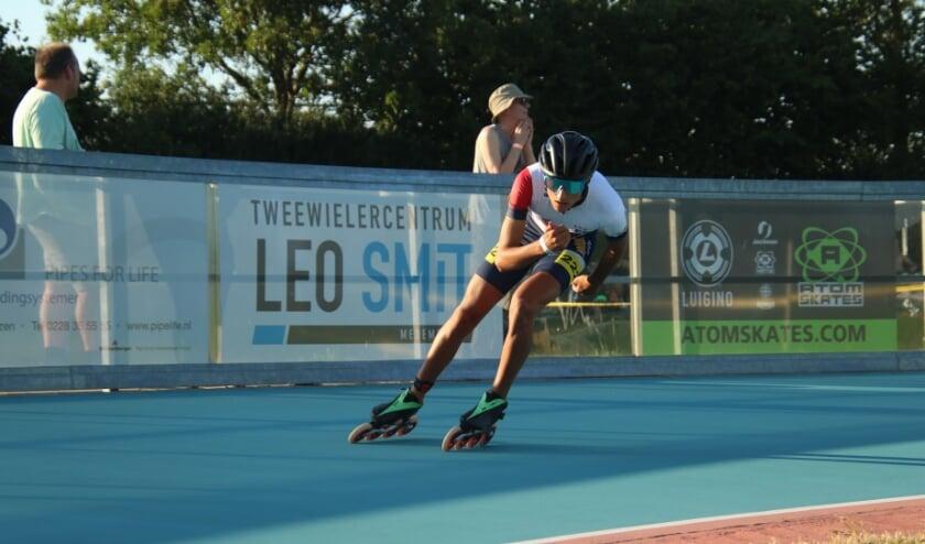Junior Raphael Boef in actie bij de landelijke baanwedstrijd in Wervershoof op 7 augustus.(Foto: Jannes Wolff)