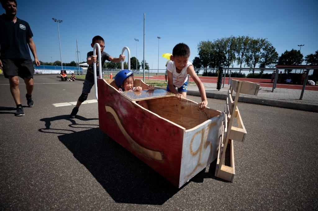 Team Vurige racers tijdens het onderdeel behendigheid van de zeepkistenrace. Foto: Martin Smit © DPG Media
