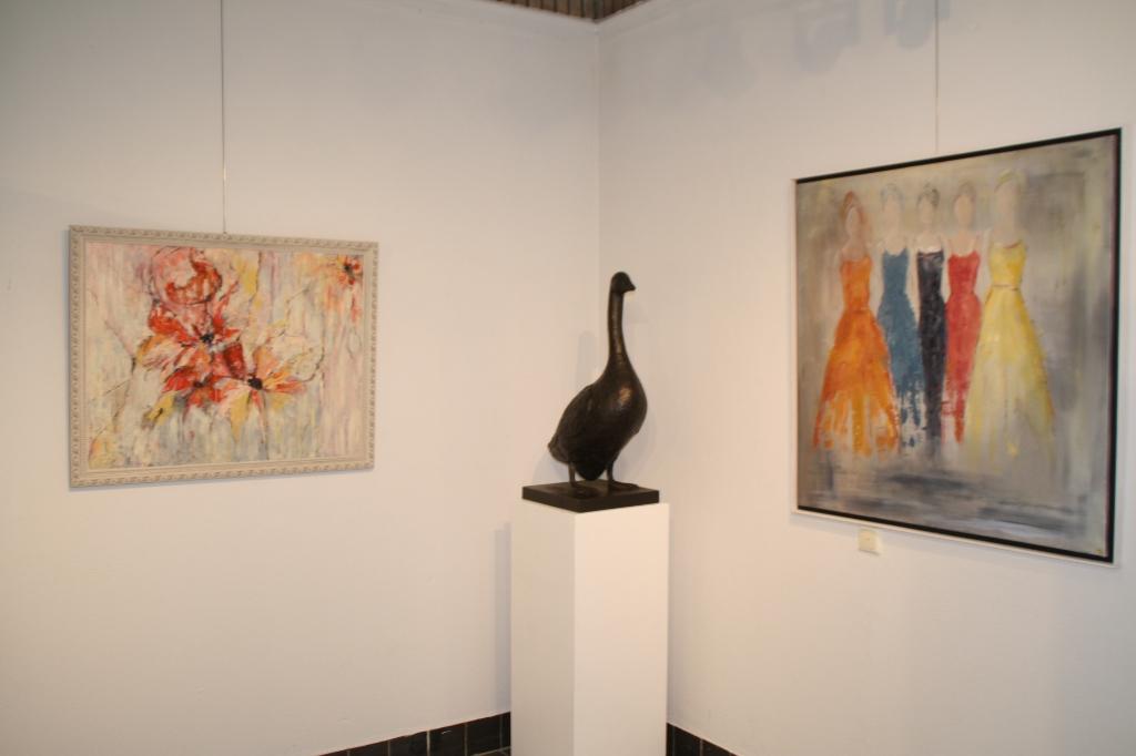 Schilderijen van Marleen Koller-Smit en Beelden van Peter Petersen in het Stroomhuis in Neerijnen Foto:  © DPG Media