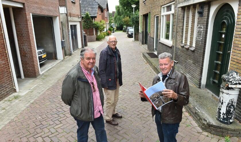 Vlnr: Tonny Frazer, Wim Woonings en Bennie Evers in de Waterstraat. (foto: Roel Kleinpenning)