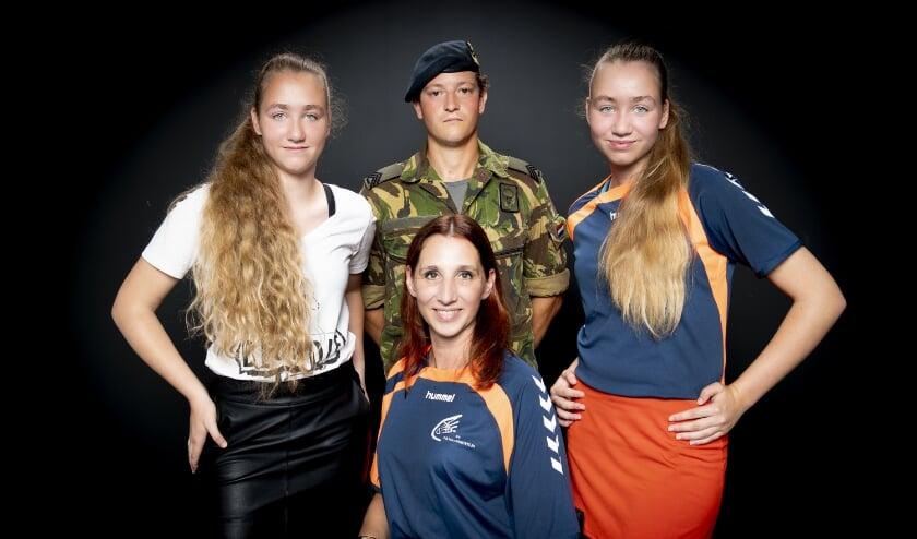 <p>Dit is het campagnebeeld van Speelbadminton.nu, met de tweeling Lynn en Jamie, militair Thijs en beleggingsadviseur Katy. Wat dit gezelschap samenbrengt? De liefde voor het shuttleslaan.&nbsp;</p>