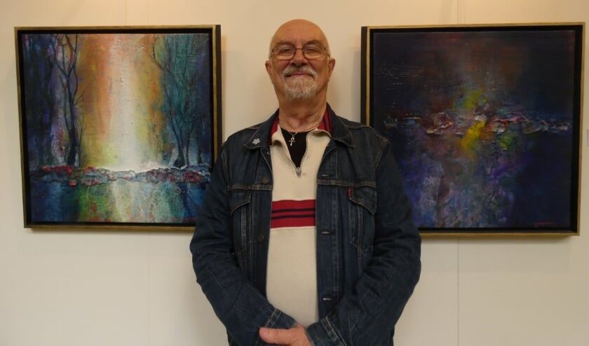 <p>Hans Doortmont bij twee van zijn werken.&nbsp;</p>