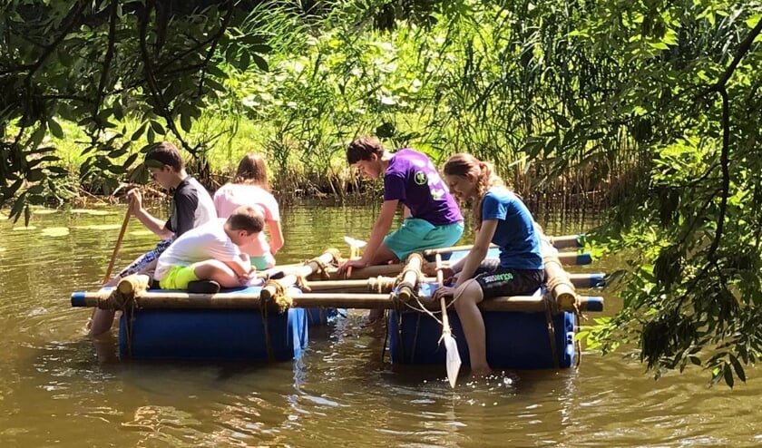 Met het warme weer gingen de scouts van de Scouting Tono-groep heerlijk vlotvaren op de poldervaart.