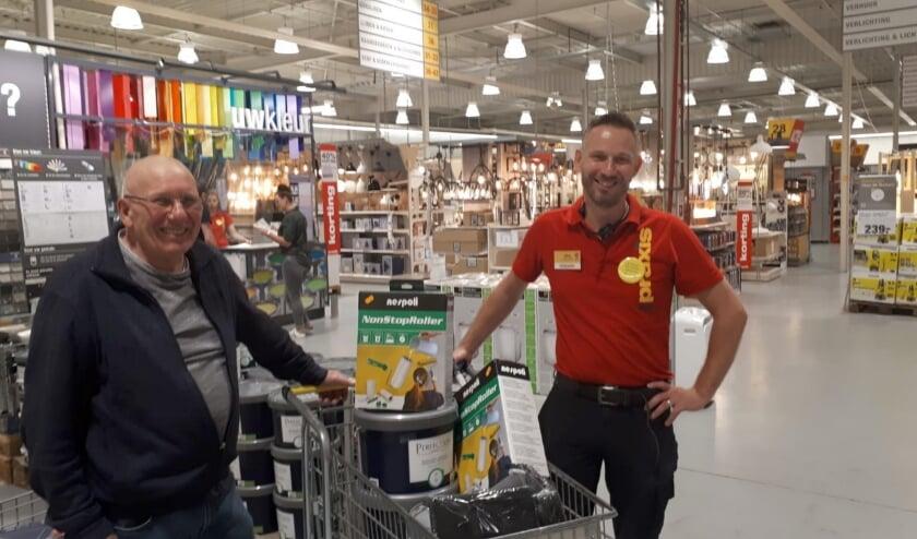 Jeugd- en Wijkcentrum Egbertus krijgt 30 liter saus en diverse extra andere artikelen van assistent-bedrijfsleider Jaap van de Praxis.