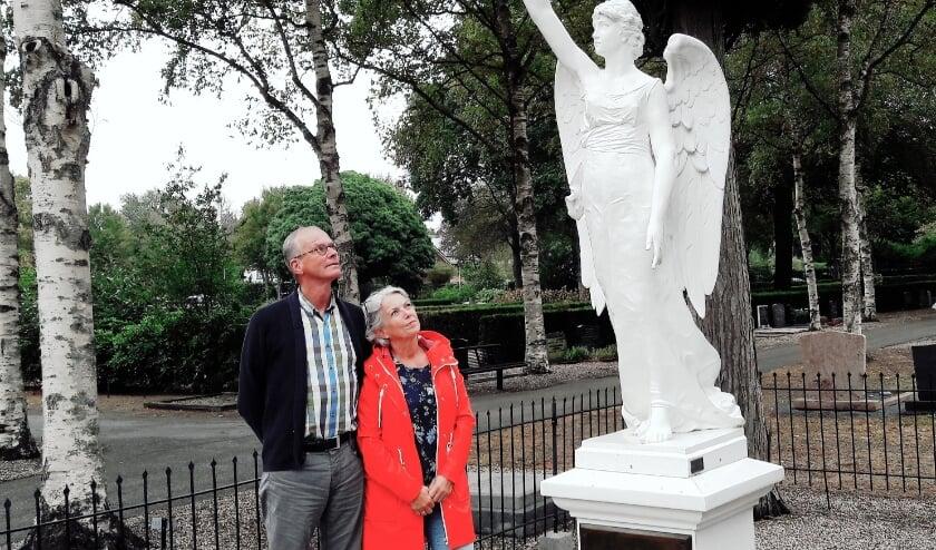 <p>Dick en Elly Meijer op de begraafplaats bij het grafmonument met engel: symbool voor het Alexander Consort dat twee Bach Cantates uitvoert, met sombere aardse teksten maar met vrolijke hemelse muziek.</p>