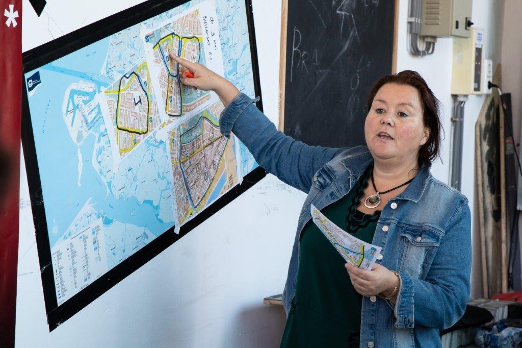 De wijken worden verdeeld door directrice Renske Verbeek zelf Foto: Ton Delfos © DPG Media