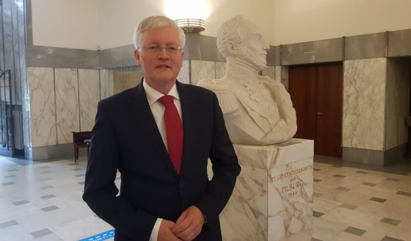 <p>De burgemeester in de hal van het Paleis-Raadhuis, naast de buste van koning Willem ll.</p>