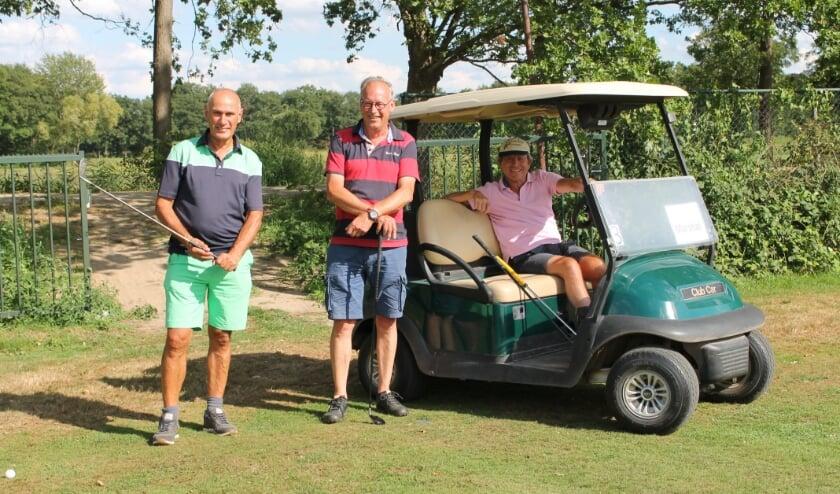 <p>Vlnr: Peter de Kubber (voorzitter Golfclub Rosmalen), Jan Timmers (voorzitter stichting golffaciliteiten Rosmalen) en Elias Stroosnijder (marshall).</p>