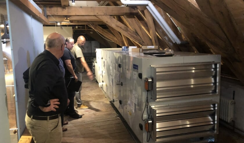 <p>RIJSSEN - De klimaatinstallatie op de zolder van de Oosterhof staat inmiddels op zijn plaats. Van links naar rechts Johan Nijzink (Rijssens Museum), Erik Baan (TIB) en Andr&eacute; Kuipers (Ventilair).&nbsp; (Foto: Jan Joost)</p>
