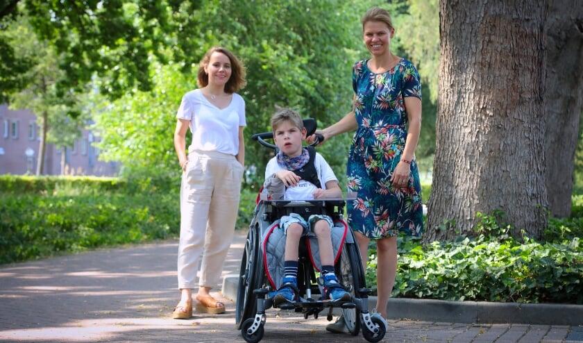 <p>Van links naar rechts op de foto: centrale zorgverlener Nina Damen, Stein en zijn moeder Vokeline van Thiel ..</p><p><br></p>