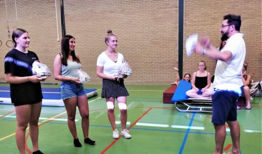 Afscheid van drie kaderleden bij DOS Sportief. Van links naar rechts Dana de Haas, Jamie de Heus en Hilde van Noort. Jürgen (voorzitter van DOS Sportief) overhandigt de dames een cadeautje als dank voor hun inzet.